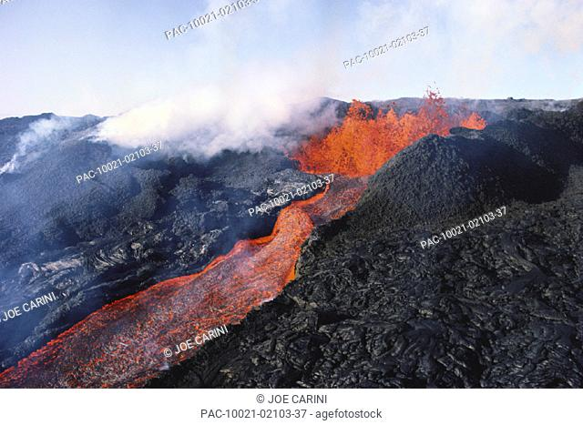 Hawaii, Big Island, Hawaii Volcanoes National Park, Mauna Loa eruption, lava flowing, steam rising