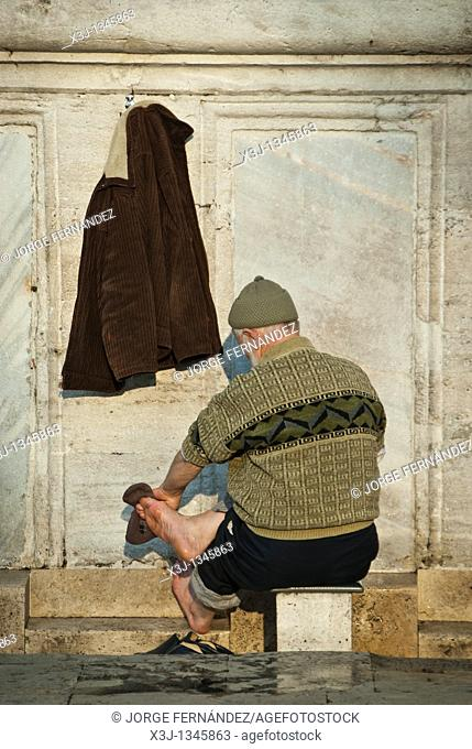 Man washing his feet before entering a mosque for praying, Istanbul, Turkey, Asia