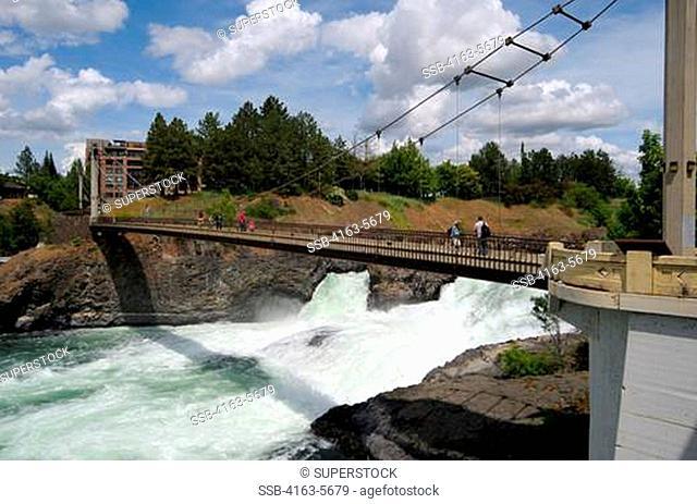 USA, WASHINGTON STATE, SPOKANE, RIVERFRONT PARK, SPOKANE RIVER AND FALLS, PEDESTRIAN SUSPENSION BRIDGE