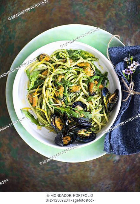 Spaghetti with mussels, green beans, rocket pesto and Pecorino