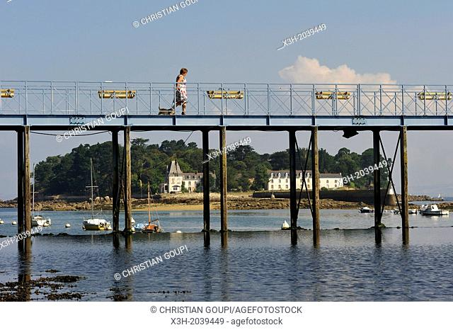 Jean Marin footbridge accross the Pouldavid River with Tristan Island off Douarnenez in background, Port-Rhu, , Finistere department, Brittany region