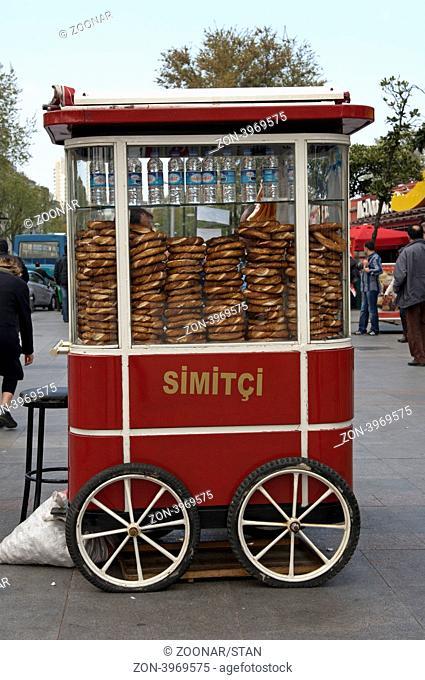 Mobiler Stand eines Brezelverkäufers auf demTaksim Platz, Istanbul, Türkei / Mobile sales stall for pretzel at Taksim Square, Istanbul,Turkey