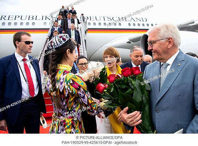 29 May 2019, Uzbekistan, Urgantsch: President Frank-Walter Steinmeier and his wife Elke Büdenbender arrive at Urgantsch Airport and are greeted with flowers