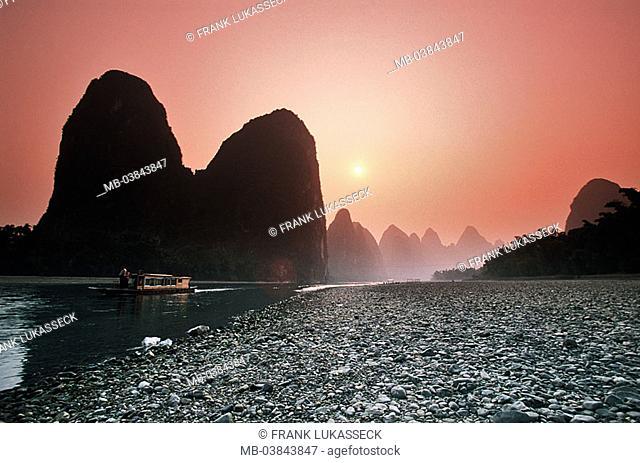 China, Guangxi, Xingping, Li Jiang, houseboat, sunset, back light, Asia, Eastern Asia, Karstkegelberge, Karstberge, mountains, rock-formations, Li river, waters