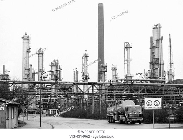 DEUTSCHLAND, GELSENKIRCHEN, SCHOLVEN, 30.12.1979, Seventies, black and white photo, economy, petrochemistry, oil refinery of Ruhr Oel in Gelsenkirchen-Scholven