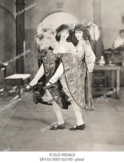 Twin dancers (OLVI007-OU750-F)