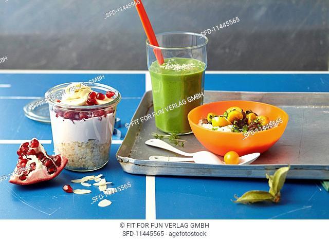 Breakfast with a detox smoothie, overnight muesli and alkaline porridge
