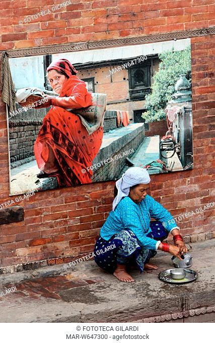 NEPAL Anziana donna nepalese si prepara il pasto in un Centro per Anziani gestito dalle Suore di Madre Teresa di Calcutta, a Pashupatinath