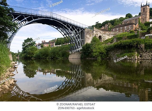 Ironbridge, erste Eisenbrücke der Welt, von Abraham Darby von 1779 über den Fluss Severn in Shropshire England Großbritannien Europa