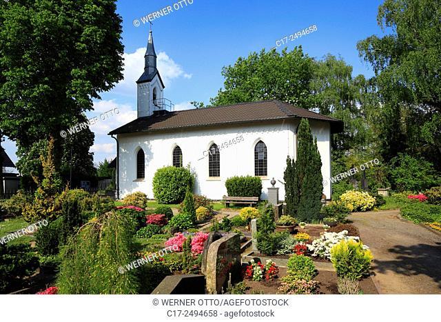 Germany, Voerde, Lower Rhine, Ruhr area, Rhineland, North Rhine-Westphalia, NRW, Voerde-Goetterswickerhamm, evangelic church at the Gruenstrasse, churchyard