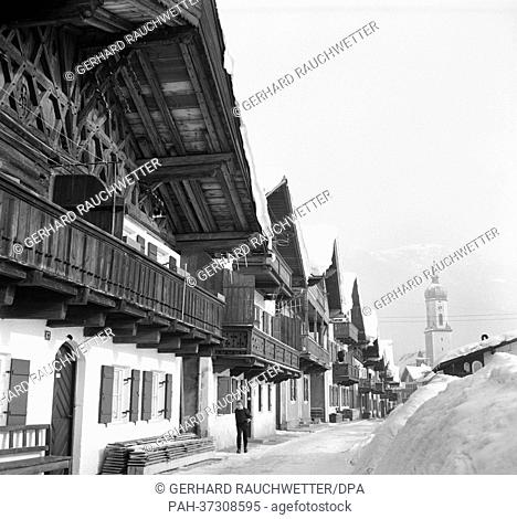 View of houses and the church tower in snowy Garmisch-Partenkirchen (undated archive picture from January 1963). | usage worldwide