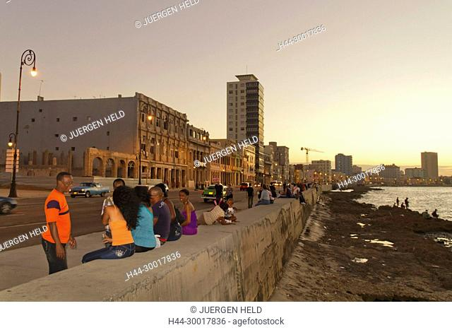 Cuba, Havanna Vieja, Malecon Promenade at sunset