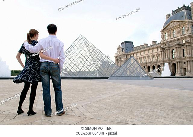 Couple view the Louvre paris