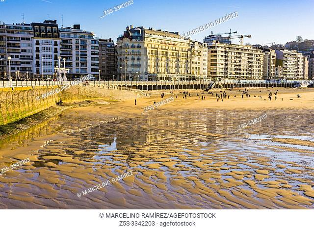Promenade and beach of La Concha. San Sebastian, Gipuzkoa, Donostialdea, Basque Country, Spain, Europe