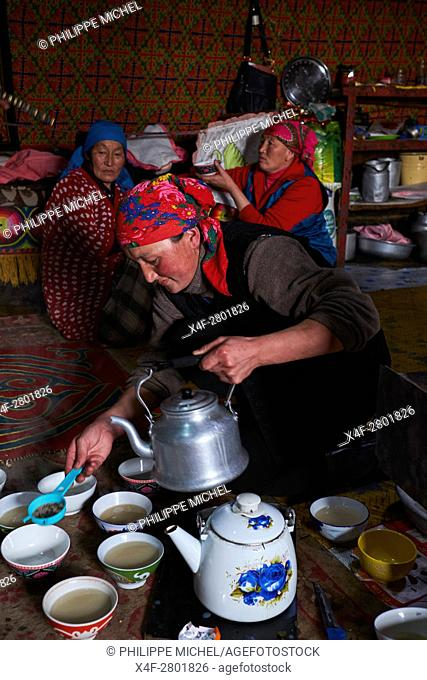Mongolia, Bayan-Olgii province, landscape in winter, Kazakh family, tea time