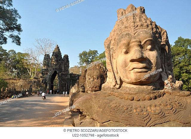 Angkor (Cambodia): statues along the Giants Causeway and the Victory's Gate