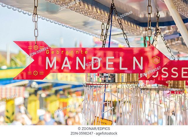 schild mit der aufschrift - gebrannte mandeln - an einem stand auf dem cannstatter volksfest, stuttgart, sign on a mobile shop at the cannstatt fun fair in...