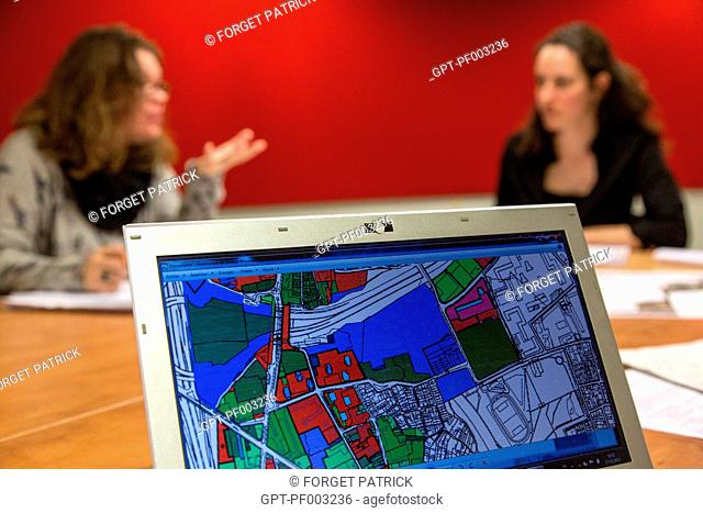 STUDENTS AT THE ARCHITECTURE SCHOOL WORKING ON THE ERGAPOLIS URBAN RENOVATION PROJECT OF THE POLE GALLIENI INDUSTRIAL HUB, SOFTWARE PRODUCED PLANS