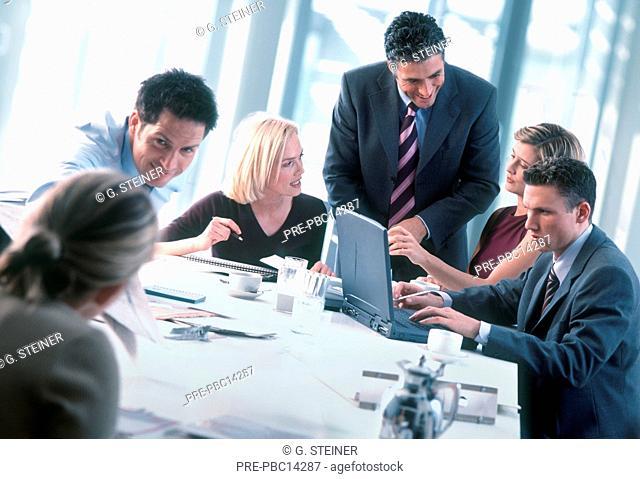 Geschäftsleute Geschäftsfrau Geschäftsmann Konferenz Meeting besprechen Besprechung