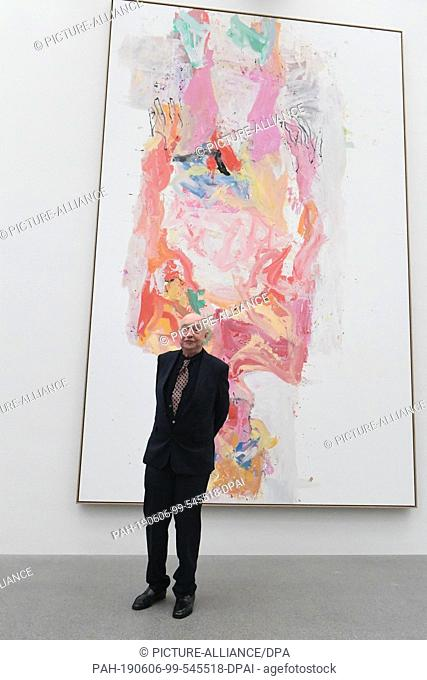 "06 June 2019, Bavaria, Munich: The artist Georg Baselitz stands before his painting """"Willem emerges, 2013"""" in the Pinakothek der Moderne"