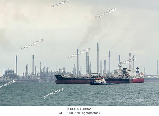 VUE OF THE OIL TANKER TERMINAL OF SINGAPORE WITH ITS TANKERS AND OIL REFINERIES, SINGAPORE
