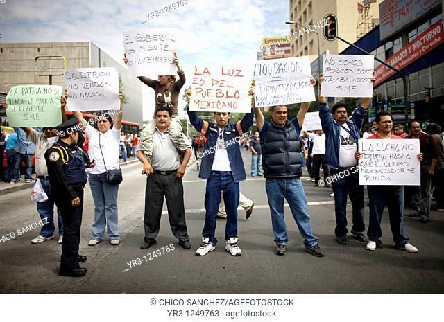 Electricians protest the government's shut down of state-run power company Luz y Fuerza del Centro LFC in Mexico City