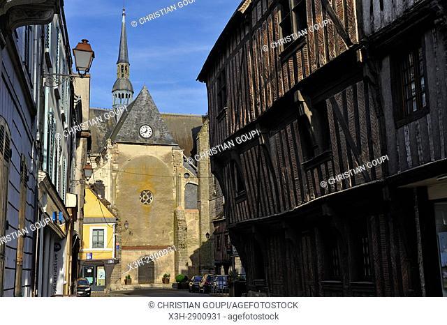 """rue principale de Nogent-le-Roi avec la """"""""Maison de Diane"""""""" a pan de bois du XVeme siecle sur la droite et l'eglise Saint-Sulpice en arriere-plan"""