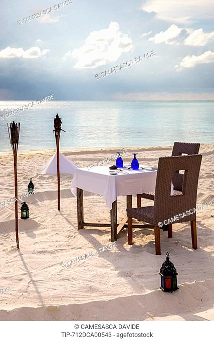 Maldives, Ari Atoll, Moofushi Resort, Table for a romantic dinner on the beach