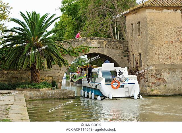 Saint-Marcel Bridge (17th century) over Canal du Midi, le Somail, Aude Department, Languedoc-Roussillon, France