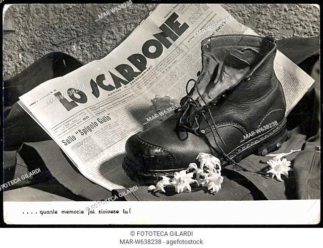 ALPINI Il giornale 'Lo Scarpone, alpinismo ed escursionismo' è lo sfondo ideale per la 'natura morta' composta dalla grossa calzatura fra le stelle alpine...