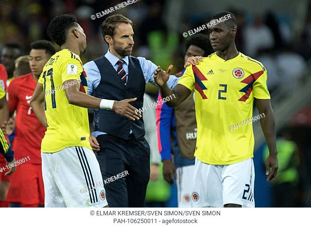 Gareth SOUTHGATE (mi., Coach, ENG) walks to Johan MOJICA (left, COL) and Cristian ZAPATA (COL), thanks, thanking, consolation, comforting, consoling, frustrated