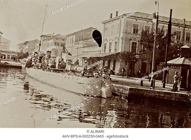Album Campagna di guerra 1915-1916-1917-1918, tenente Jack Bosio: Italian torpedo boat in the port of Grado, shot 1915