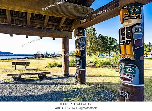 Shelter with totem poles, Robert Ostler Park, Campbell River, Vancouver Island, British Columbia, Canada
