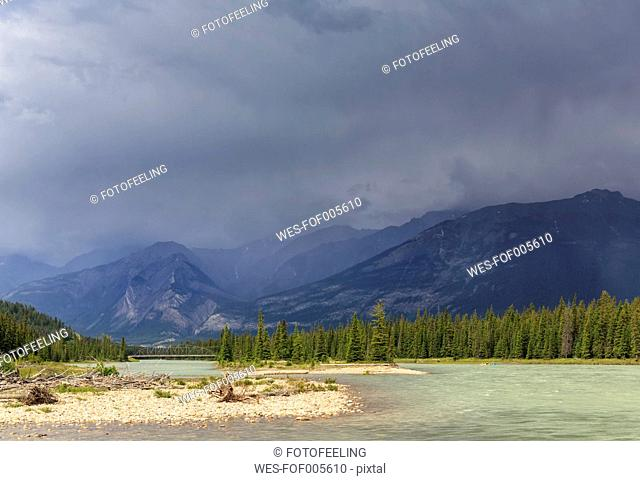 Canada, Alberta, Jasper National Park, Athabasca River in front of Rocky Mountains