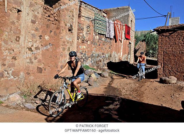 MOUNTAIN BIKING AROUND THE BERBER VILLAGE OF TAHANAOUTE, SPORTS ACTIVITY AT THE DOMAINE DE TERRES D'AMANAR, AL HAOUZ, MOROCCO