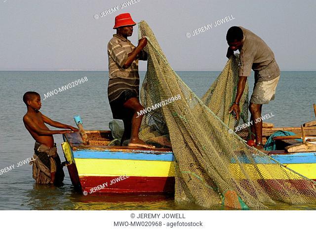 Fishermen on boat preparing their nets, Benguerra Island, Bazaruto archipelago, Mozambique 08-30-2005