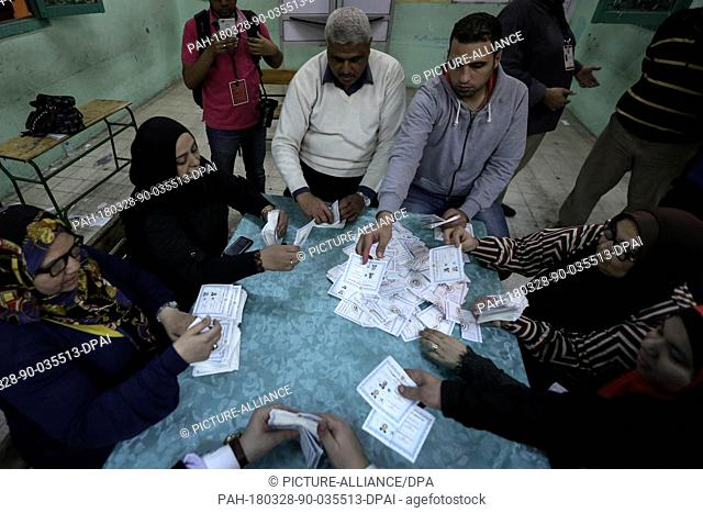 dpatop - Election officials count ballots at the end of the third and final day of Egypt's presidential elections, at a polling station in Giza, Egypt
