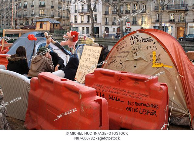 The charity organisation 'Les enfants de Don Quichotte' placed (01.2007) hundreds of tents on the sides of Canal Saint Martin for people suffering of poverty or...