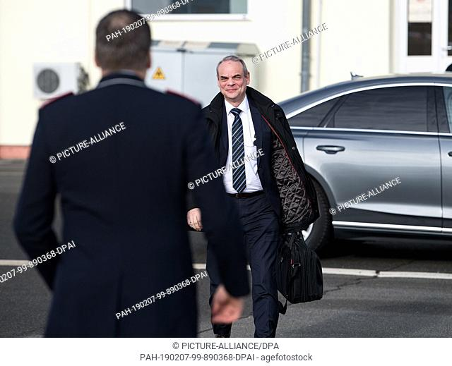 06 February 2019, Île-de-France, Colombes: Benedikt Zimmer, State Secretary at the Federal Ministry of Defence, is boarding a Belgian Air Force aircraft at the...