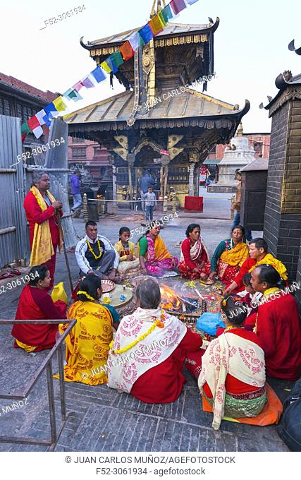 Hindu prayers, Swayambhunath Stupa, Kathmandu Valley, Nepal, Asia, Unesco World Heritage Site