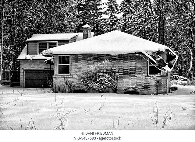 Dilapidated house covered with fresh snow in Ontario, Canada. - ONTARIO, CANADA, 02/02/2008