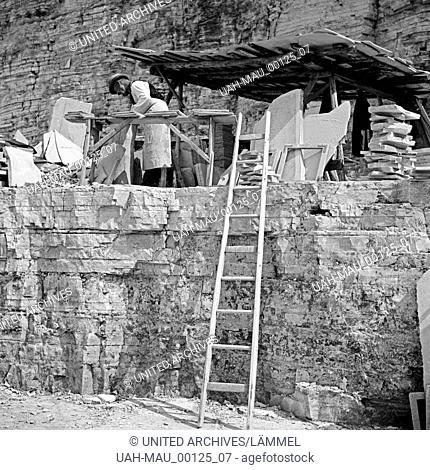 Arbeiter im Steinbruch für Plattenkalk in Solnhofen, Deutschland 1930er Jahre.Worke at the lithographic limestone stone pit at Solnhofen, Germany 1930s