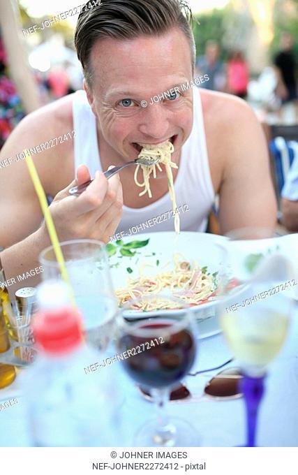 Mid adult man in outdoor restaurant