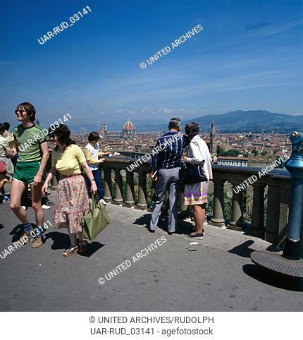 Der Piazzale Michelangelo mit Blick auf Florenz, Italien 1980er Jahre. View over the city of Florence from Piazzale Michelangelo, Italy 1980s