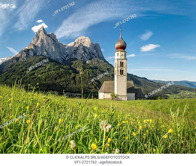 Kastelruth / Castelrotto, Dolomites, South Tyrol, Italy. The church of St. Valentin in Kastelruth/Castelrotto. In the background the jagged rocks of the...