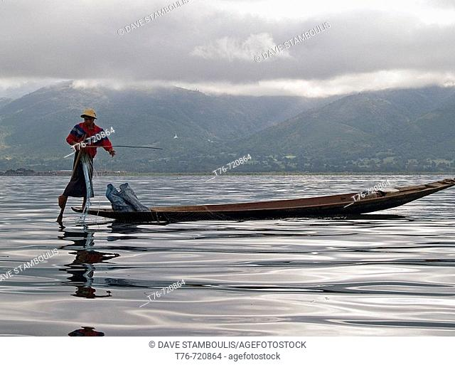 Rowing with one leg on Inle Lake