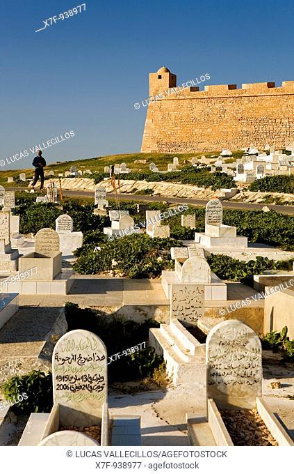 Tunez: Mahdia Cemetery and castle Bordj el Kebir