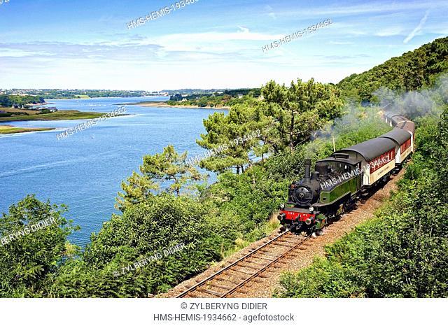 France, Cotes d'Armor, Pontrieux, train touristique de La Vapeur du Trieux, along the Trieux estuary
