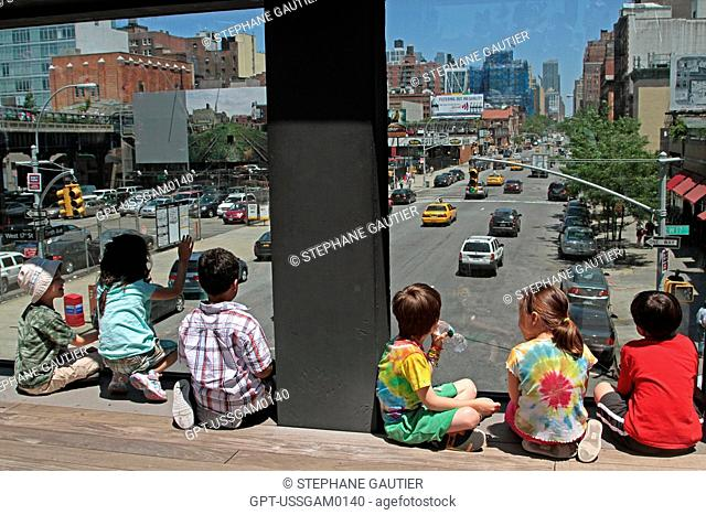 CHILDREN ON THE OBSERVATION DECK OVERLOOKING 10TH AVENUE, HIGH LINE PARK, AN URBAN PARK LAID OUT ON AN OLD ELEVATED RAILWAY LINE, MEATPACKING DISTRICT