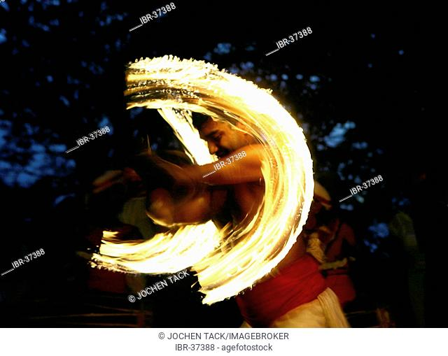 LKA, Sri Lanka, Kandy : Fire Dance, walking on glowing coal. Kohomba dance, Kandy Dance. Traditionel dance to worship the god Kohomba